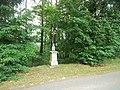 Kříž východně od Kadova u lesíka (Q80462138).jpg