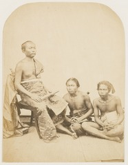 KITLV 10021 - Isidore van Kinsbergen - Ida Ketoet Anom, Punggawa (nobleman of the empire) of Bandjar with lontar in his hand - 1865.tif