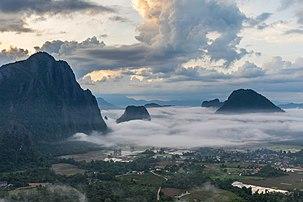 Pitons karstiques perçant la mer de nuages qui recouvre les rizières inondées durant la mousson à Vang Vieng. (définition réelle 6129×4086)