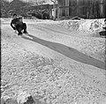 Kinderen spelend met een slede in de sneeuw, Bestanddeelnr 254-4323.jpg