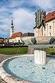 Klagenfurt Innere Stadt Landhauspark Kogelnikbrunnen mit Heiligengeistkirche 18102017 1594.jpg