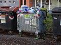 Kobylisy, Frýdlantská 13, přeplněný kontejner na plast.jpg