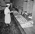 Koks in een productie keuken bereiden grote hoeveelheden smørrebrød, Bestanddeelnr 252-9044.jpg