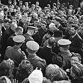 Koningin Wilhelmina omstuwd door een grote menigte, Bestanddeelnr 900-4009.jpg