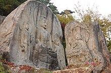 Cinque Buddha scolpiti in due rocce naturali.