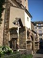 Kostel svatého Jindřicha a svaté Kunhuty, vchod se sochami.JPG
