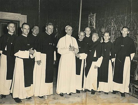 Crosiers from Europe with Pope Pius XII during an audience in Vatican City Kruisheren uden bij paus pius xii Crosiers from Uden Holland with PiusXII.jpg