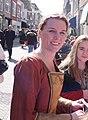 Lachende verklede vrouw op straat Brielle.jpg