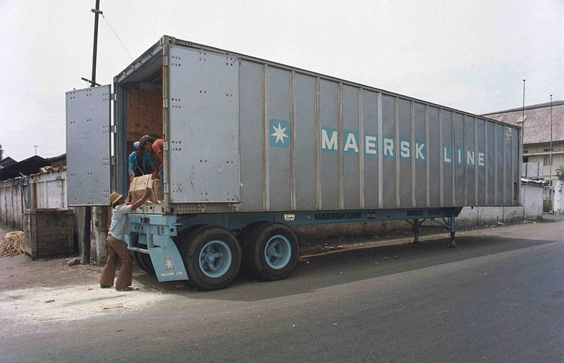 File:Loading a container in the 70s (7312739708).jpg