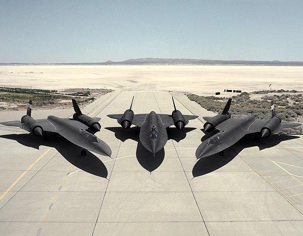 Les géants des airs : Le Lockheed SR-71 [Academy 1/72] 617px-Lockheed_SR-71s