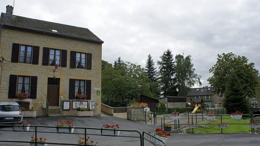 Vue de la Maison de la mairie et du ruisseau.