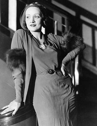 Marlene Dietrich circa 1930 (cropped)