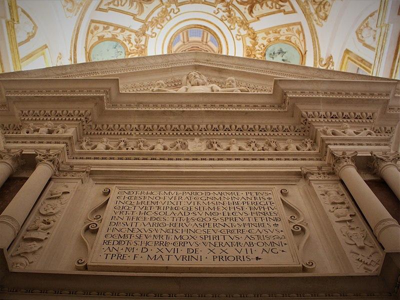 File:Mausoleo di Celestino V - Dettaglio del frontone (2017).jpg