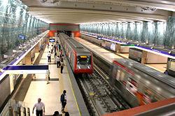 Vista panorámica de una estación de la Línea 4 del Metro de Santiago.