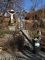 Michle, U plynárny 73, schodiště, kříž a popelnice.jpg