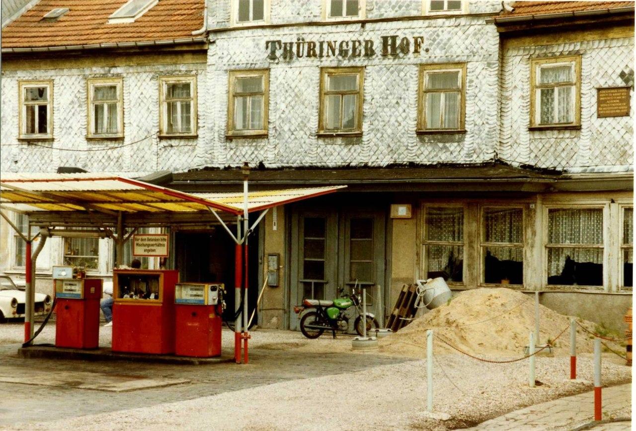 Histoire : les stations-service Minol 1280px-Minol_Tankstelle_with_former_Hotel_Th%C3%BCringer_Hof%2C_Gotha_DDR%2C_Aug_1989_%282881313193%29
