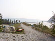 Pamätník georgea dawsona na brehu rieky yukon v meste dawson