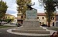 Monumento ai caduti e cannone.jpg