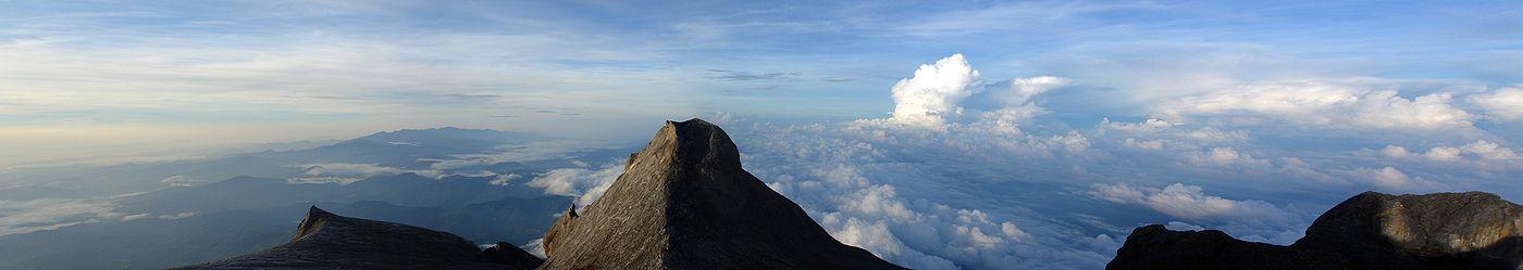 Panorama dari puncak Gunung Kinabalu.