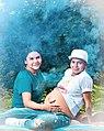 Mujer trans Diane Rodriguez, toca la barriga del embarazo de su esposo Zack Elias - alta resolución.jpg