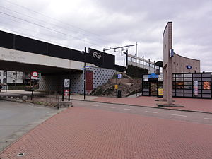 Nijmegen Dukenburg railway station - Image: Nijmegen Dukenburg station en viaduct Brabantse poort