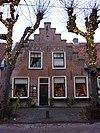 foto van Huis met uitgebouwde brede gemetselde trapgevel
