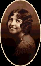 Студийная фотография молодой женщины, оглядывающейся через плечо.