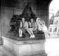 Páros portré 1946-ban a Március 15. téri Erzsébet királyné emlékműnél. Fortepan 57341.jpg
