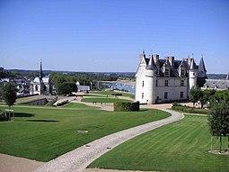 Vista general de la terraza del castillo de Amboise con parque y la Vivienda real, así como la capilla St Huberto