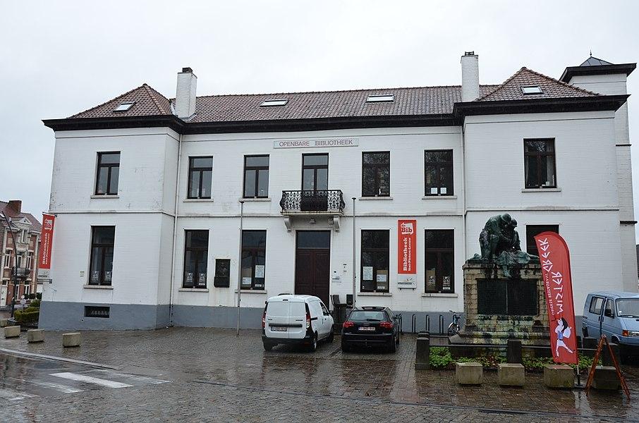 Gemeentehuis (voormalig) Sint-Pieters-Leeuw; thans plaatselijke openbare bibliotheek
