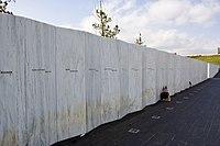 Stěna z bílé žuly s vyrytými jmény