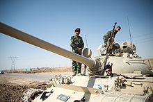 Peshmerga su un carro T-55 fuori Kirkuk in Iraq.