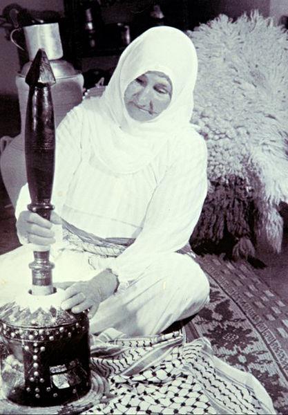 אישה זקנה טוחנת קפה עם (אל- מהבאש