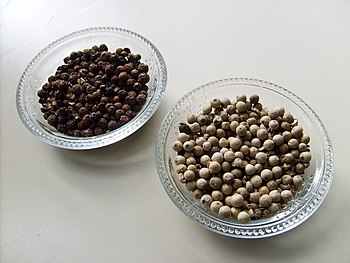 English: Black and white pepper. Español: Pimi...