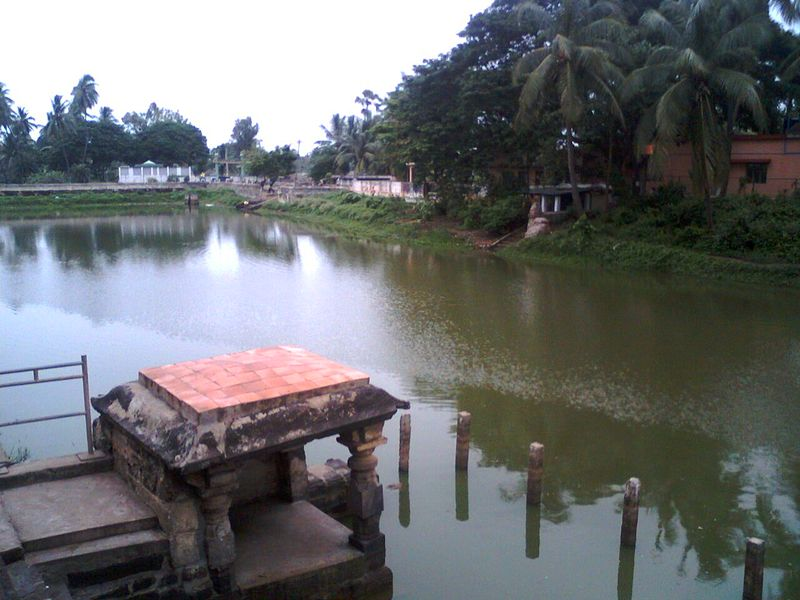 File:Pond near the temple at Draksharamam 01.jpg