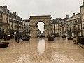Porte Guillaume (Dijon)-sur la place Darcy en février 2021 (sous la pluie).jpg