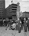 Prins Bernhard legt een krans na de onthulling van het verzetsmonument Ongebrok, Bestanddeelnr 917-7283.jpg