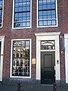 foto van Huis met pilaster-halsgevel met 2 oeils-de-boeuf en festoen
