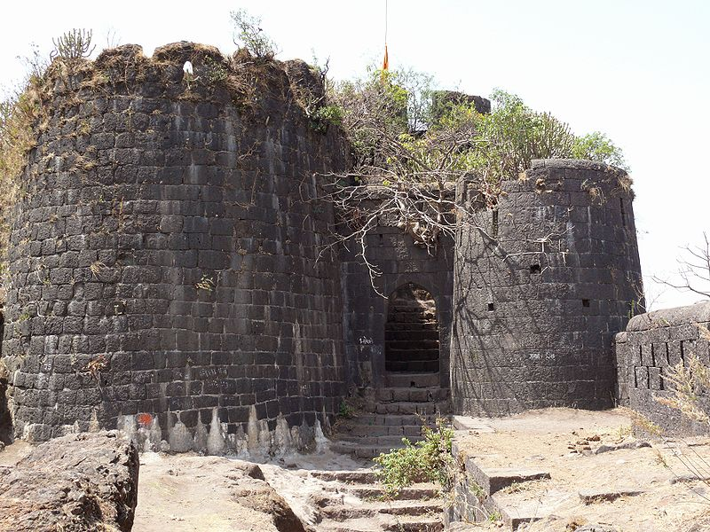 File:Purandar Fort entrance 2.jpg