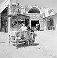 Ramle. Straatbeeld met winkels en winkelend publiek. Op de voorgrond een houten , Bestanddeelnr 255-3872.jpg