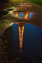 عکاسی - ویکیپدیا، دانشنامهٔ آزادعکاسی از بازتاب برج ایفل در آب، نمونهای از عکاسی در شب
