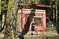 Sénior en jogging devant la remise (26368157186).jpg