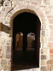 Puerta de acceso a la iglesia alta desde el claustro.