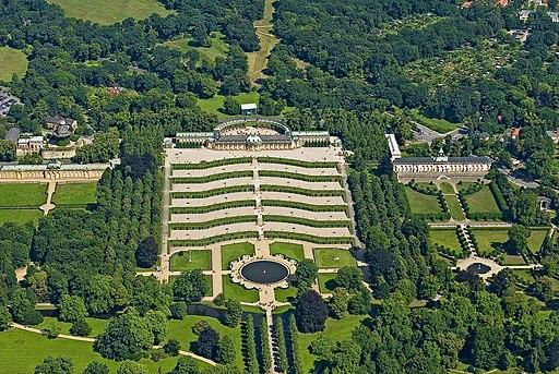 Schloss Sanssouci, Bildergalerie, Neue Kammern, Historische Windmühle und Park Sanssouci von oben (UNESCO-Weltkulturerbe)