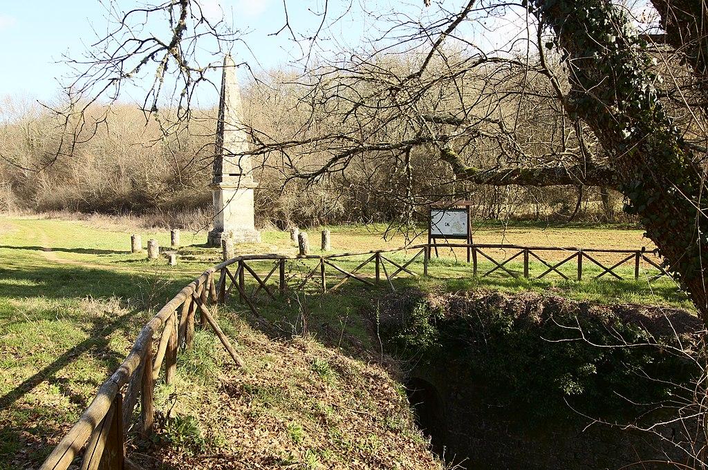 Obelisco, entrata del Canale del Granduca, vicino dall'eremo di Lecceto, Montagnola Senese
