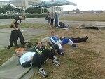 Skoczkowie na starcie spadochronowym w oczekiwaniu na samolot 2015.08.22 (2).jpg