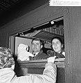 Spaanse arbeiders met kerstverlof bij hun vertrek vanaf het Centraal Station te , Bestanddeelnr 918-5754.jpg