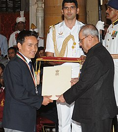 The President, Shri Pranab Mukherjee presenting the Rajiv Gandhi Khel Ratna Award to Shri Jitu Rai for Shooting, in a glittering ceremony, at Rashtrapati Bhavan, in New Delhi on August 29, 2016.jpg