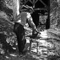 Tomaž suka štrike na kolovret (dva) iz lanene preje. U Bregu, Gorenji Novaki 1954.jpg