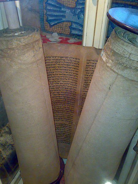 File:Torà exposada a la Sinagoga Shlomo Ben Adret.jpg